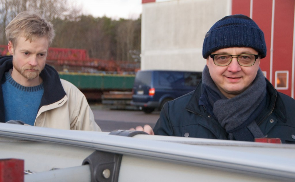 Daniel (lift) inspecting the rig, while Artur being happy that his rig looks so good