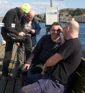 The rigger Daniel in deep discussions with Rudolf, while Carl Adams and Christer Verta are having a nice chat in the April sun